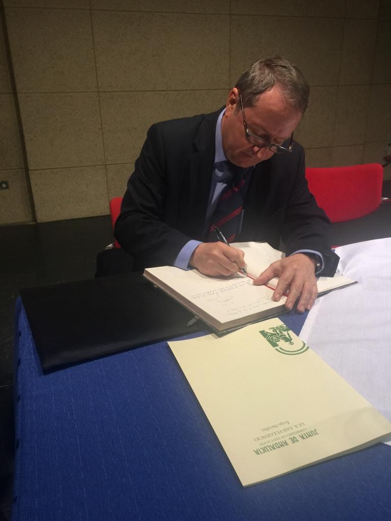 Firma en el libro de honor del IES San Fulgencio