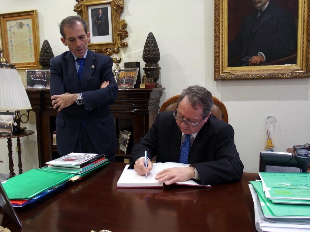 Cano Bueso firma en el libro de Honor