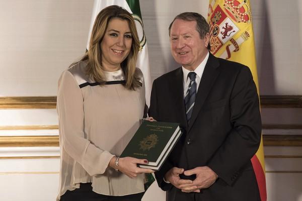 Entrega de la memoria del año 2016 a la presidenta de la Junta de Andalucía.